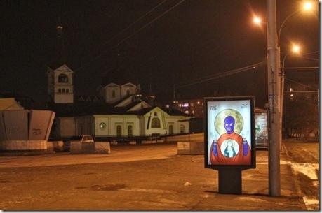 """Арестованных участниц Pussy Riot в Новосибирске поддержали """"иконами"""""""
