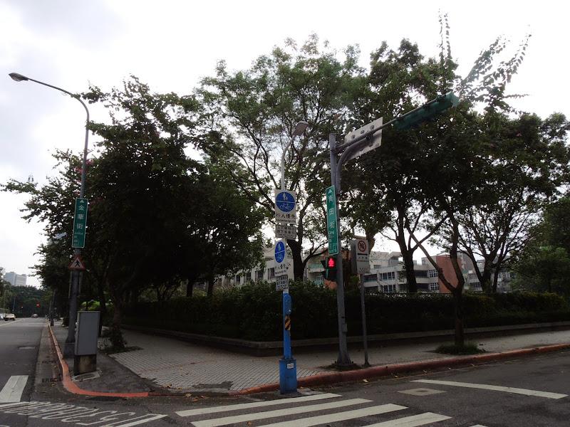 青田街右轉就真的快到學校咖啡館 EcoleCafe' 了.jpg
