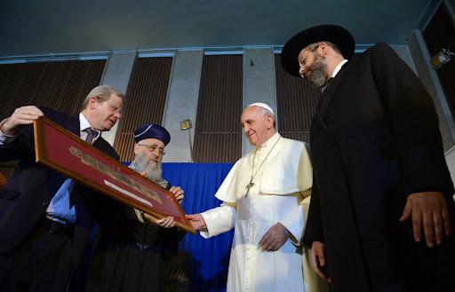האפיפיור פרנציסקוס עם הרבנים הראשים בבית הכנסת הגדול בירושליםphoto by Haim Zach / GPO