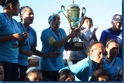 entrega de copa por pdte. fedefutguate  bryan jimenez y coralia monterroso capitana del sexto campeonas apertura 2012 (1)
