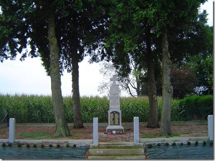 Le monument lev en mmoire des soldats tombs  Ginchy avec les noms des deux cousins Duflanc.