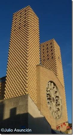 Fachada de la iglesia de San Miguel Arcángel - Cadreita - Navarra