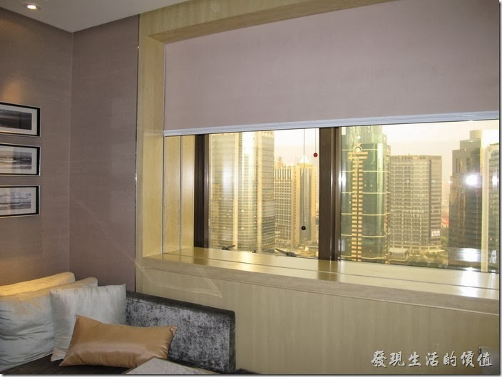 上海-齊魯萬怡酒店。這是16樓以上高樓層的房型,窗戶比較小一點,但視也比較好,也沒有遮蔽物來阻擋視線,不過房間似乎比低樓層小一點。