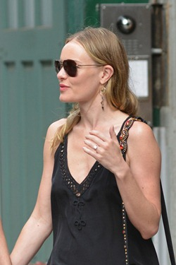 Kate Bosworth & Her Black Handbag with Engagement Ring