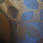 """Ekskluzywna tkanina typu """"tafta"""". Motyw roślinny - liście. Na zasłony, poduszki, narzuty, dekoracje. Szeroka. Niebieska, złota."""