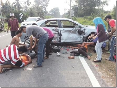 Dua Remaja Parah Rempuh Kereta