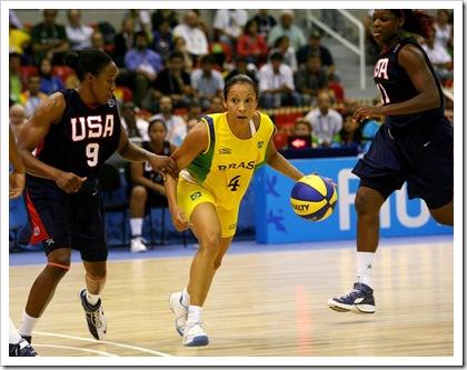 Rio de Janeiro, 24/07/2007 - XV Jogos Pan-Americanos Rio 2007 - Competição de basquete feminino - Disputa da medalha de ouro entre Brasil X EUA, na Arena Municipal Multiesportiva, em Jacarepaguá, zona oeste da cidade. Na foto, a jogadora brasileira Adrianinha, em lance do jogo. Foto de Nelson Perez / COB