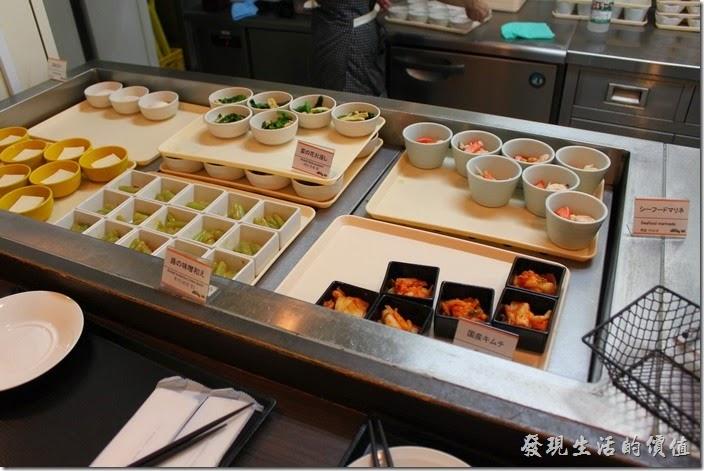 【博多祇園Hotel東名inn】的早餐很豐盛,這裡有一些小碟配菜可以自由選擇。