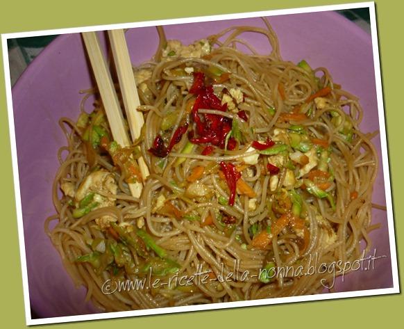 spaghetti di riso con uova verdure e peperoncino