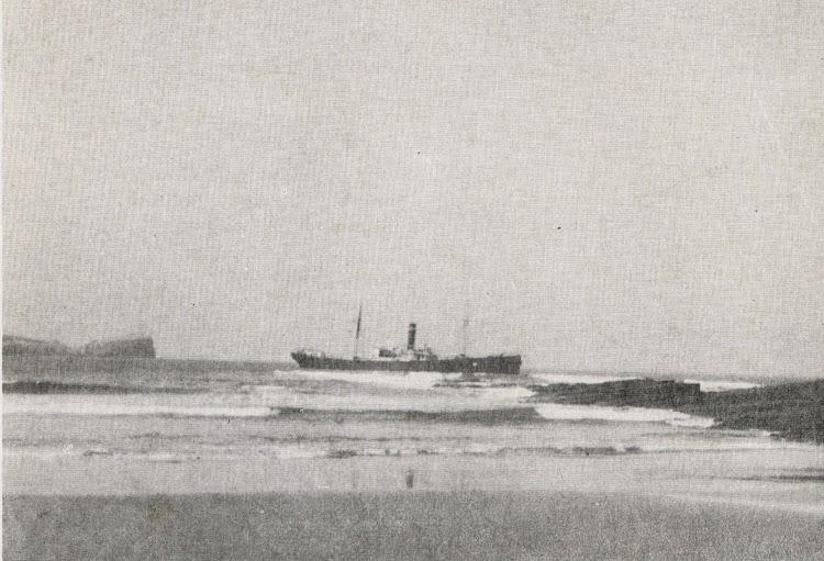 Abril de 1949. El IÑAKE varado en la playa de cuchia. Del libro Naufragios en la Costa de Cantabria.jpg