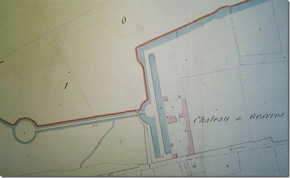 Le château de Gesvres sur le cadastre de 1839: en rose les bâtiments en bleu les canaux, douves et ruisseau