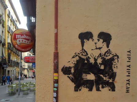 Beso torrero de Yipi yipi Yeah en calle Augusto Figueroa Madrid