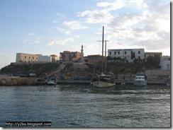 Il porto: a sx la barca di Calogero, a dx il caicco
