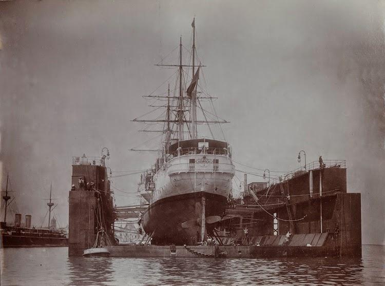 El dique flotante en la Habana. Marzo 1898. Foto del Trondheim Byarkiv, The Municipal Archives of Trondheim.Arkivreferanse Tor.H44.L01.F9340.jpg