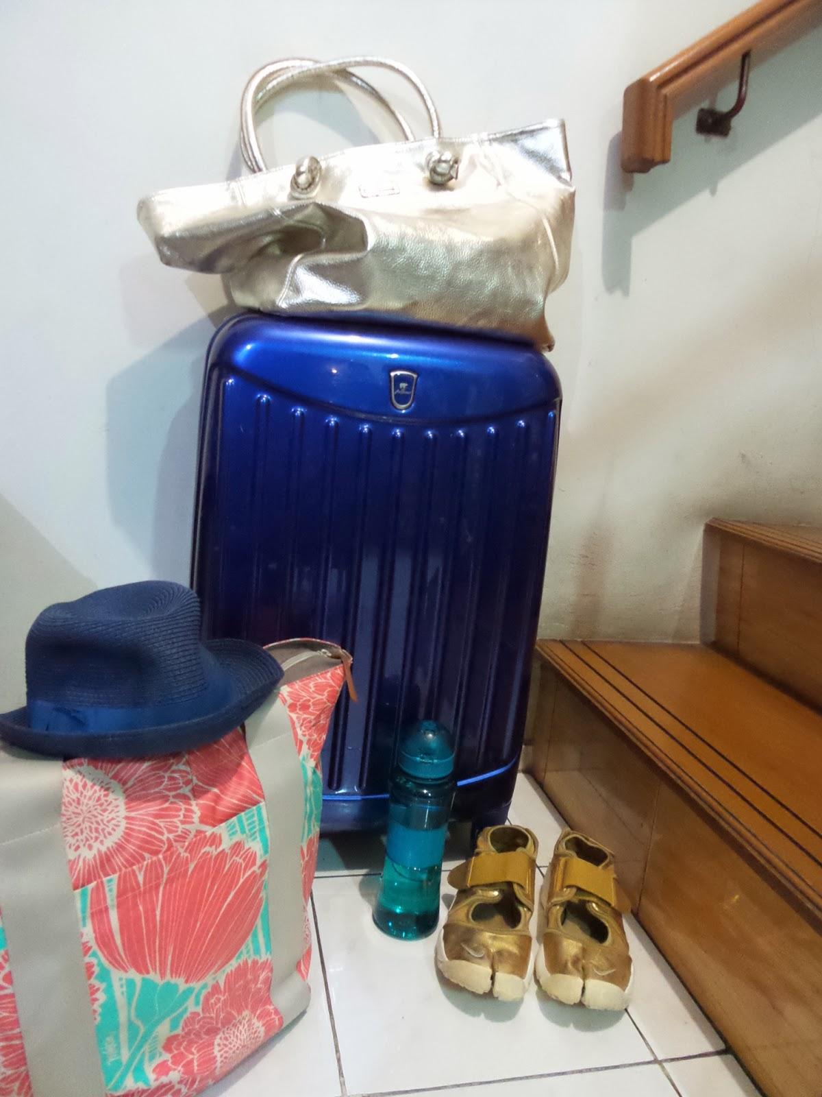 Packing seperti biasa walopun cuma liburan singkat tapi isi koper tetap padat montok dan kopernya dong pake yang baru Hahahha penting