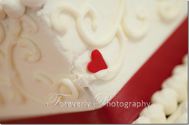 wedding-cake--red-heart-with-red-ribbon-and-icing-details