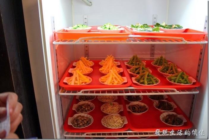 這裡的小菜擺放在冰箱內,客人自取。