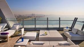 diseño-de-terraza-muebles-blancos-diseño-interior-W-Hotels-Charles-Farruggio