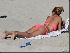 doutzen-kroes-pink-bikini-09-900x675