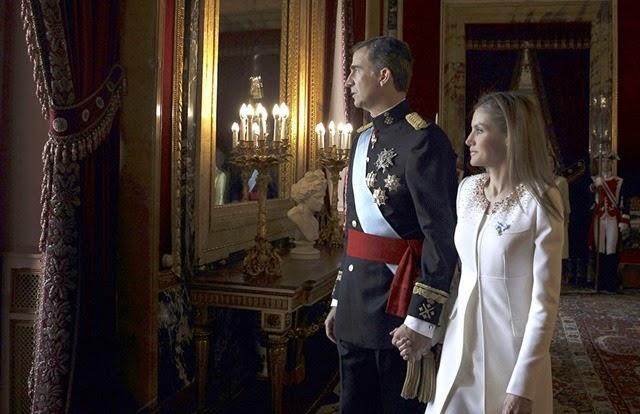 LOS REYES SALUDAN AL PUEBLO ESPAÑOL DESDE EL PALACIO REAL