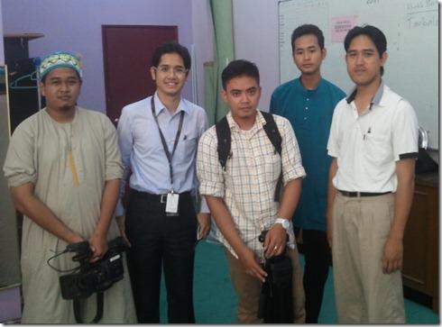 Wartawan TV al-Hijrah, Bro Adi Ikmal (dua dari kiri) dan krew Bro Saifulnizam (kiri sekali) dan jurukamera (tengah).