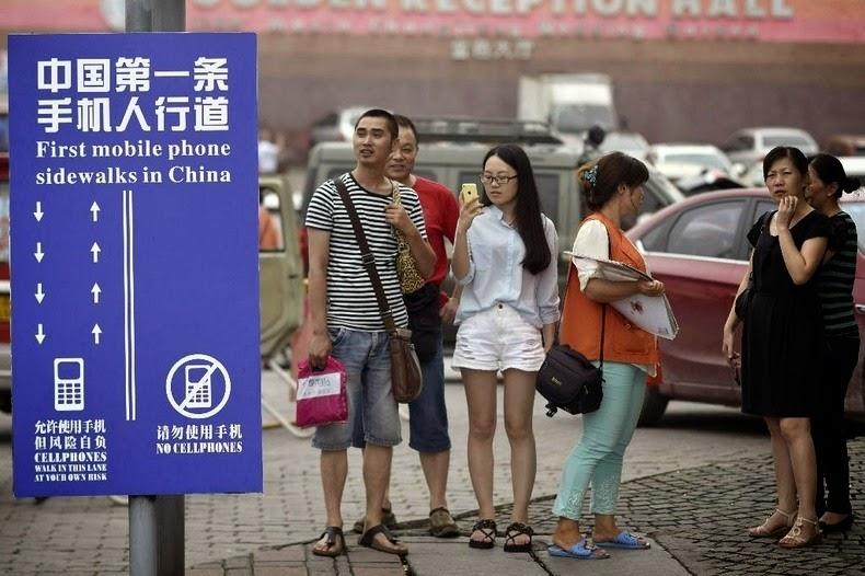 cellphone-sidewalk-chongqing-2
