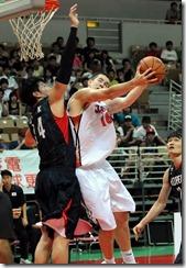 日本16號Sean Hinkley(右 投籃者) 韓國14號吳世根(左 阻擋者)