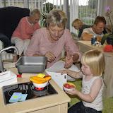 Silje leger med sit nye ikea køkken sammen med Mormor