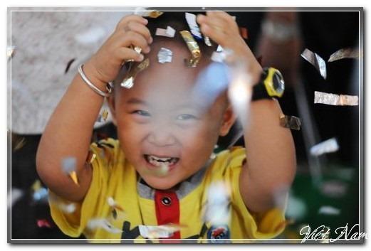 Bé theo chân bố mẹ xuống phố đón năm mới, Việt Nam