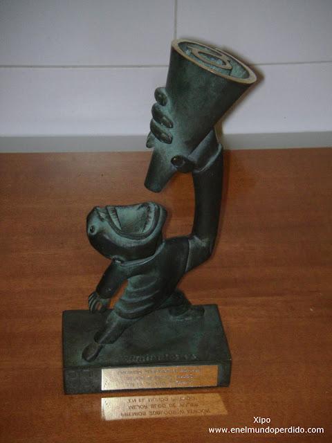 Enekito-el-trofeo-de-los-premios-20blogs.JPG