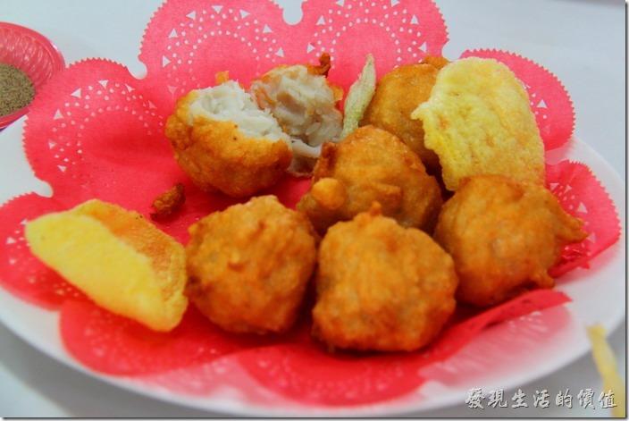 台東富岡漁港活海產。招牌花枝丸,NT$180。老闆說這花枝丸是他們家的招牌菜,很大一顆,有一般花枝丸的兩倍大,真的很新鮮,果然好吃,一盤六顆,所以一顆大約NT$30。