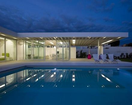 Casa de dise o minimalista con piscina arquitexs for Casa minimalista con alberca