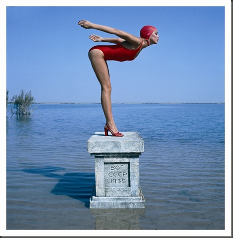jerry-hall-fotografata-da-norman-parkinson-vogue-1975-a
