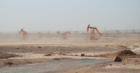 Route de Trufan - Champs de puits de pétrole