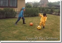 Børnene spiller fodbold
