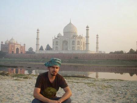 Doi romani si-un tricolor in jurul lumii Stefan langa Taj Mahal
