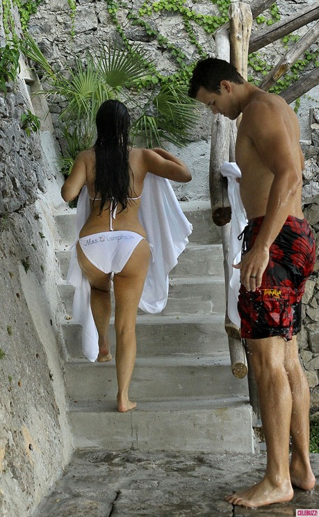 Kim-Kardashian-and-Kris-Humphries-Honeymoon-Pictures-4-900x1443