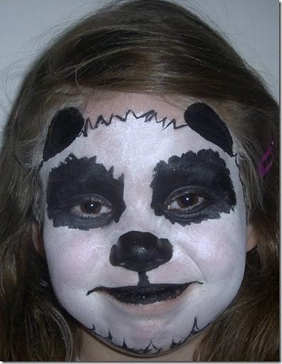 como hacer un maquillaje de oso panda Con una esponja húmeda, trabaja toda la cara, sin llegar al nacimiento del pelo y procura que la pintura cubra bien.