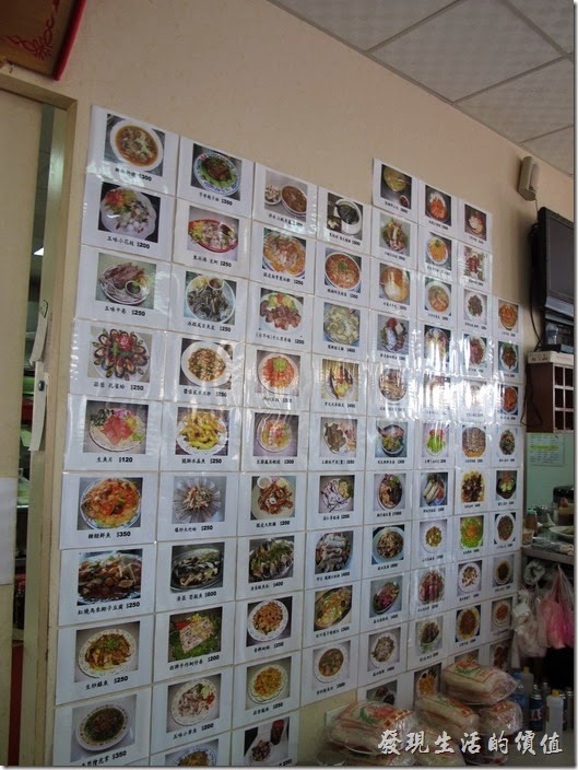 台南-和樂食堂。一整片牆的點菜單。