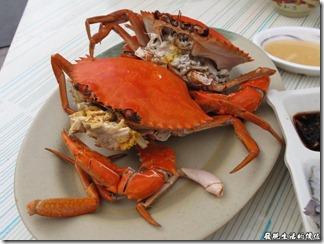 台南-廟邊海產。處女蟳,聽朋友說這螃蟹有特別挑過,所以每隻的蟹膏都非常飽滿,而且蟹肉也非常緊實,鮮度沒話說。不過我們這一餐吃下來,這兩隻處女蟳應該佔去了三分之一的飯錢。