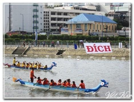 Nô nức đi xem đua thuyền ngay giữa trung tâm TPHCM