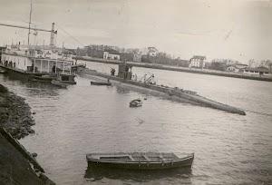 El submarino C-2 y la casa flotante. Al fondo el famoso puente flotante. Foto de la web. GUDONTZIA. MARINA VASCA