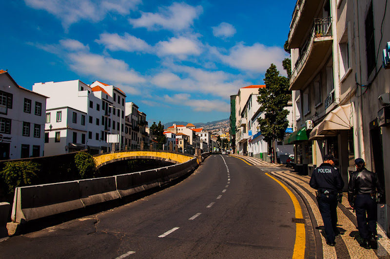 126. Февраль. Мадейра. Фуншал. Улочки города. Полицейские.