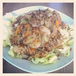 3 Quinoa-Reis-Gemüsepfanne auf Salat