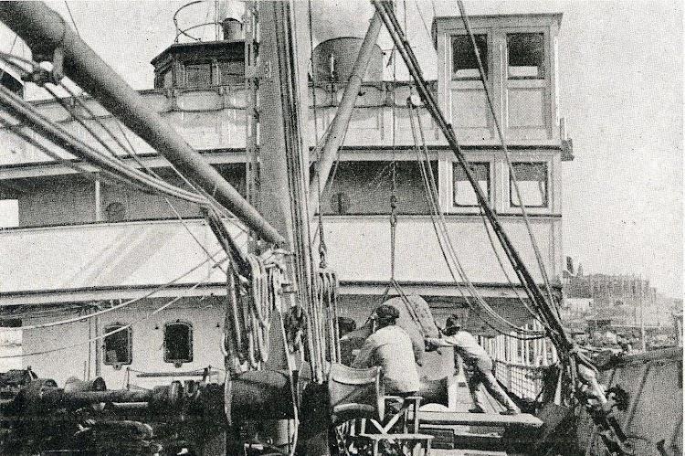 Vista del castillo de proa del MALLORCA. Libro de Información al Pasajero. Isleña Maritima. Año 1.920.jpg