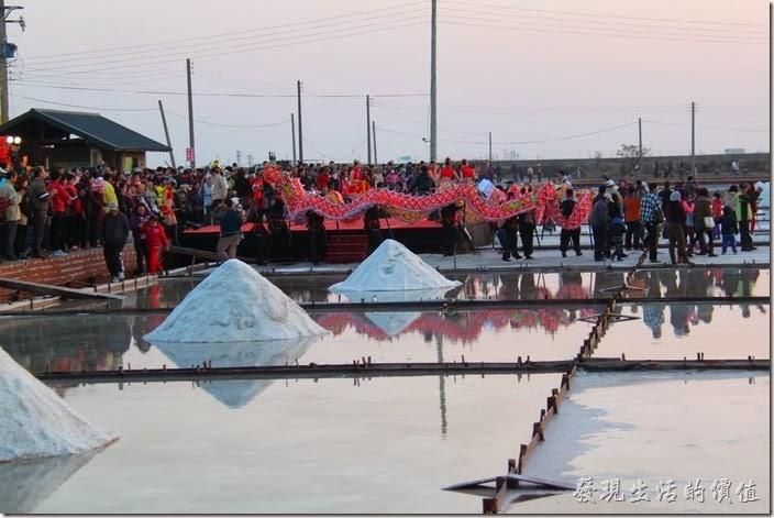 台南-2013井仔腳瓦盤送夕陽。佈滿螢光及LED燈特效的螢光火龍,於鹽田躍舞飛揚演出。