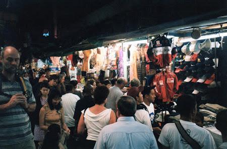 Piata de noapte in Patpong la doi pasi de sex show Thailanda