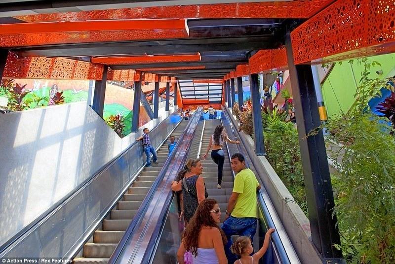 medellin-comuna-13-escalator-8