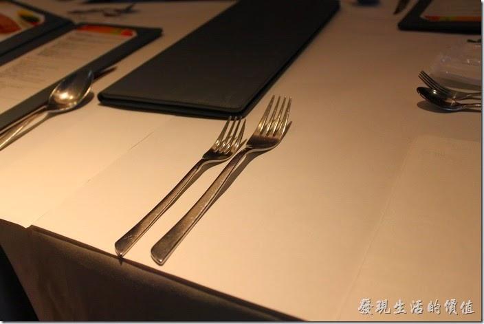 西餐的禮儀,所有的刀叉湯匙都是從內側的用起,用過之後就直接放在餐盤上讓服務生一起撤走,鐘頭如果有不夠的餐具,再找服務生拿就對了。