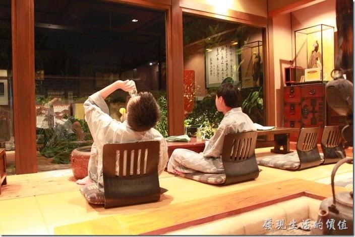 日本北九州-由布院-彩岳館-露天家庭湯屋。這裡也有休息室,可以一邊喝飲料一邊欣賞外頭的小花園,也可以在這裡下棋泡茶。